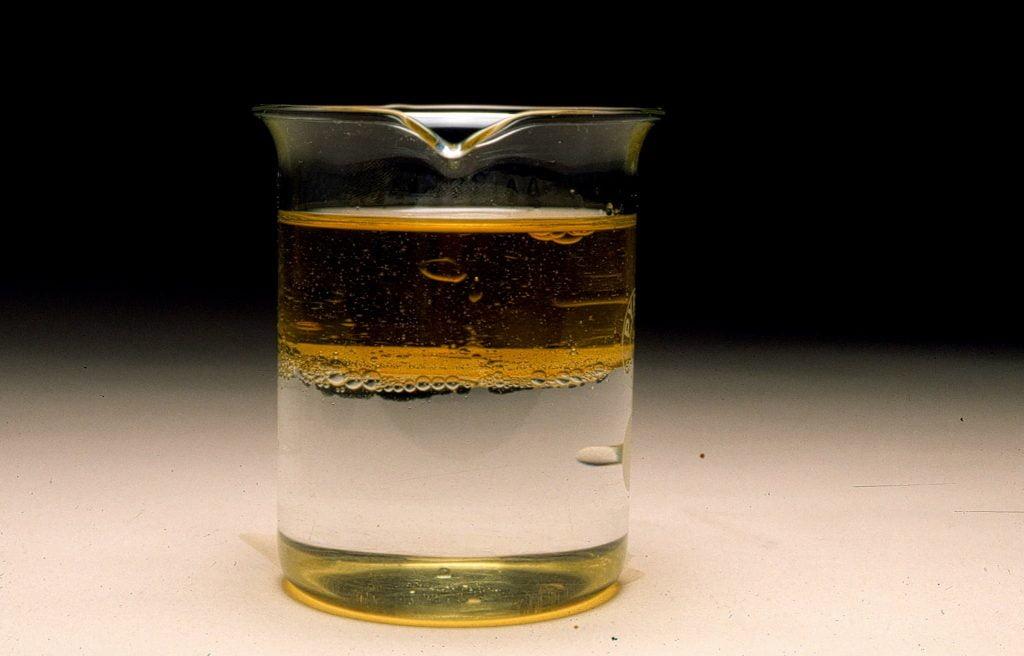 Ejemplo de mezcla heterogénea, agua con aceite, tipo de mezcla donde se pueden apreciar y diferenciar los compuestos que la conforman.