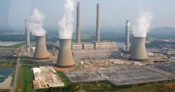 Las centrales eléctricas que funcionan a base de carbón son las principales generadoras de SO2, gas contaminante de la atmósfera.