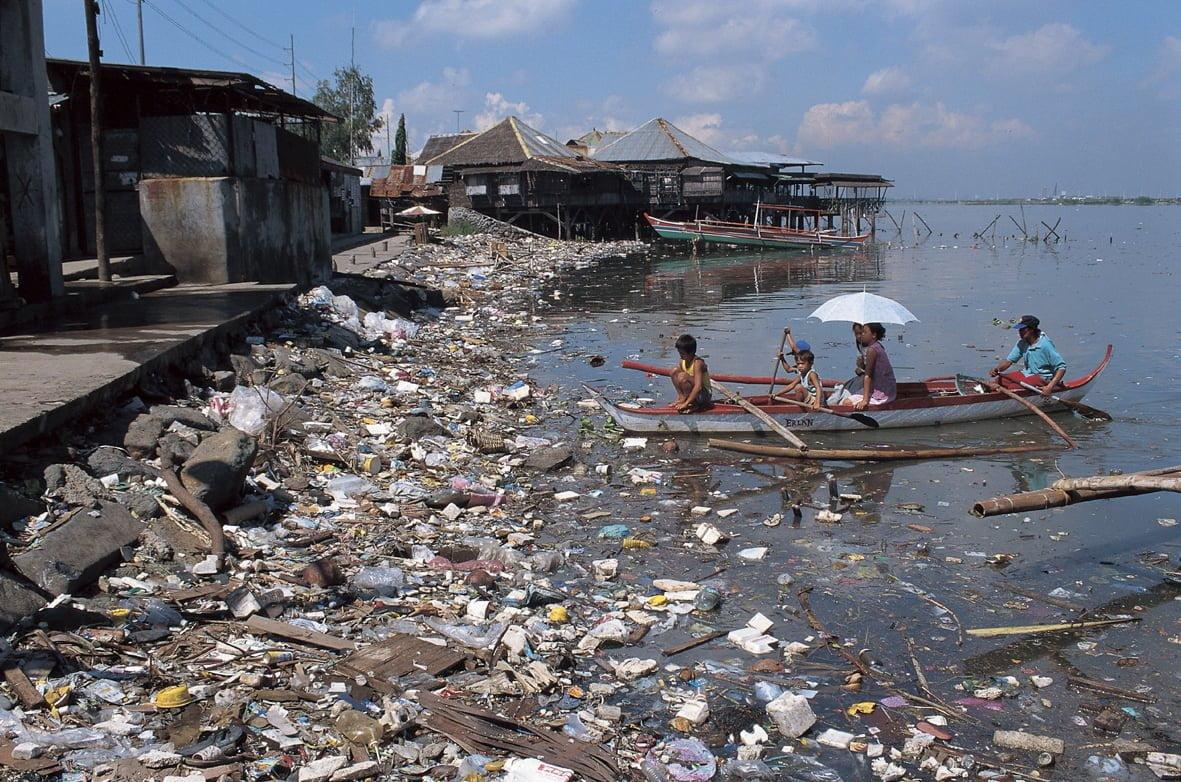 El vertimiento de desechos sólidos en las riveras de las fuentes hídricas es un factor nocivo que genera contaminación del agua y así mismo del medio ambiente.