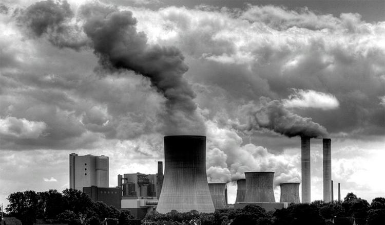 Contaminante local generado por emisiones de humo en algunas industrias.