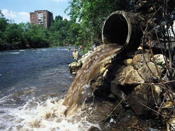 Ejemplo de contaminación puntual: Vertimiento de aguas residuales a partir de un ducto localizado en determinado tramo de una fuente hídrica.