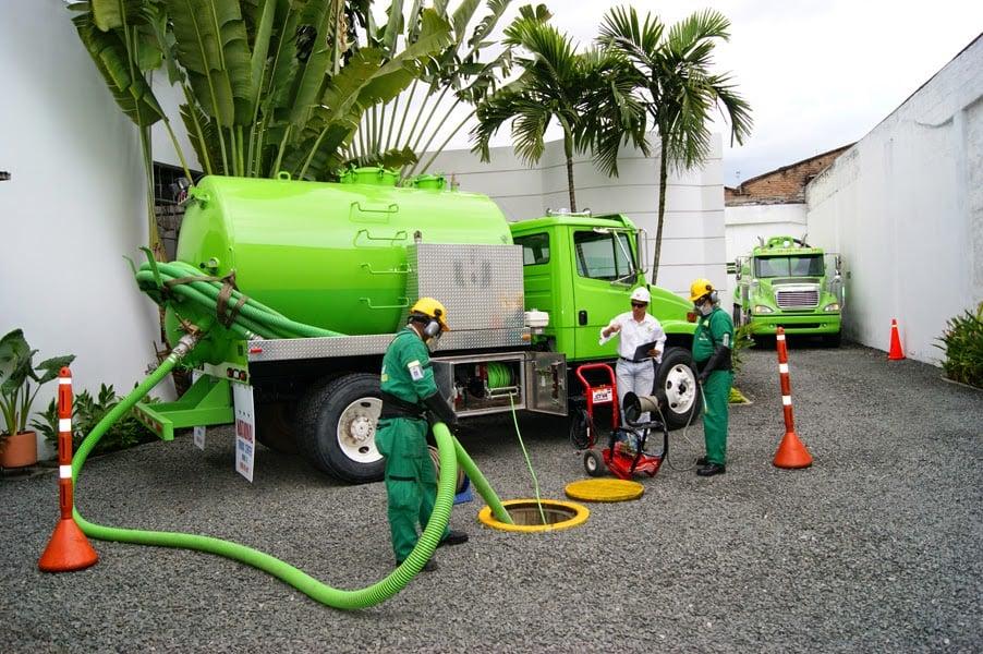 El mantenimiento de los pozos sépticos se debe realizar mediante camiones de bombeo.