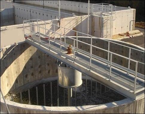Espesador de Lodos mediante gravedad presente en una planta de tratamiento de aguas residuales (PTAR).