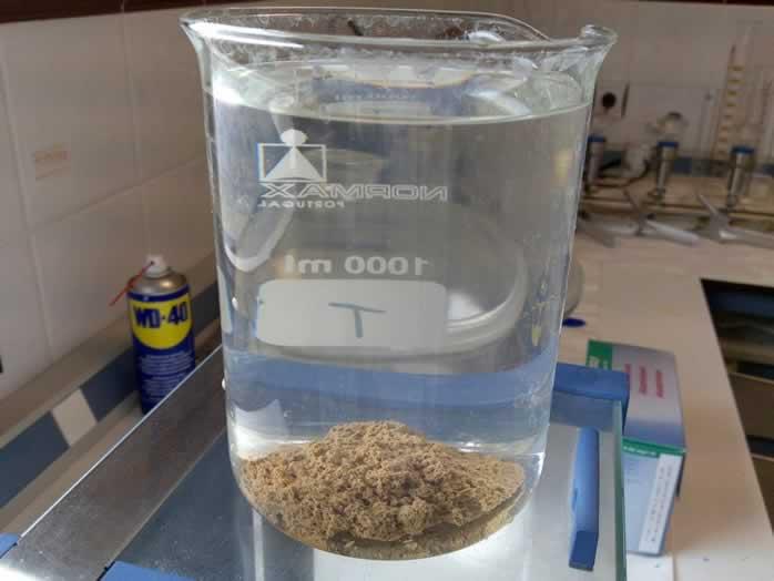 La coagulación – floculación atrapan las partículas presentes en el agua, para ayudar con la eliminación de las mismas en otros procesos de tratamiento.
